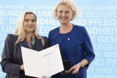 Bayerische_Staatsmedaille_Preisverleihung Silke Mader_(c)_Bayerisches Staatsministerium für Gesundheit und Pflege